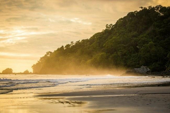 Un beau couché soleil sur les bords du Manuel Antonio National parc