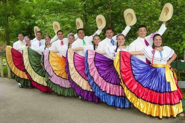 Les Ticos en habit traditionnel
