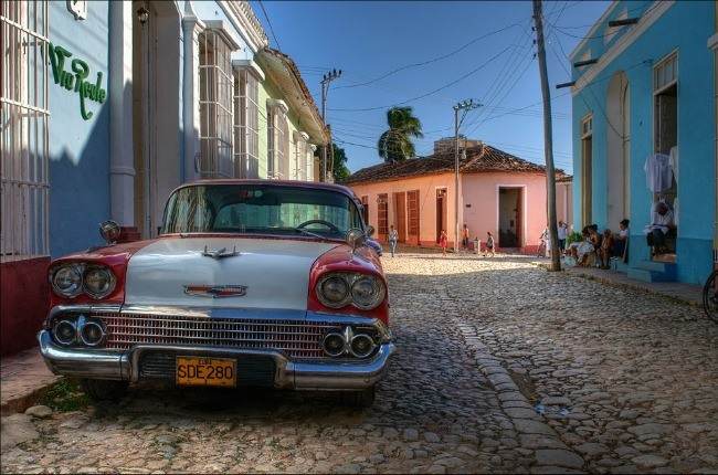 Une vieille Américaine garée au coin d'une ruelle